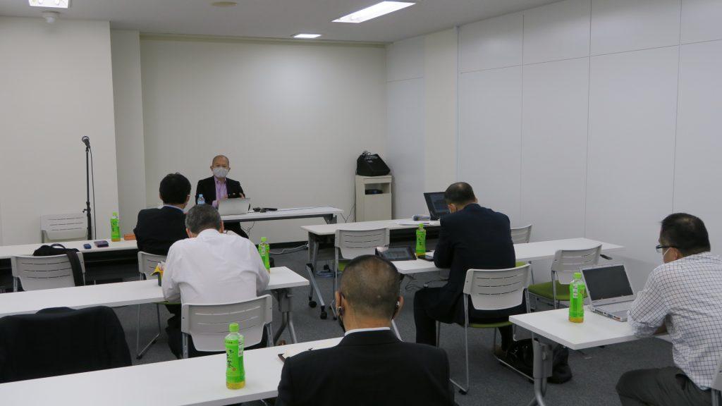 「最新米国SNS事情と顧客の作り方、変化してきているSNSのバスリ事情」を講演する講師の徳本昌弘氏